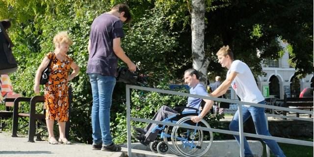 Таганрог. Человек в инвалидной коляске